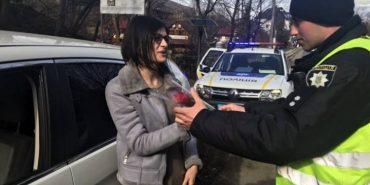 Зупиняли жінок-водійок: на Прикарпатті поліцейські оригінально вітали зі святом весни