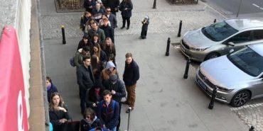 Двісті метрів до виборчої дільниці. Українці в Польщі шикуються в чергу, щоб проголосувати. ФОТО