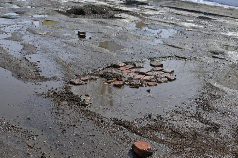 За неналежне утримання доріг і низки ДТП на Прикарпатті троє посадовців сплатять штраф