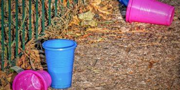 Європарламент заборонив виробництво одноразового пластикового посуду з 2021 року