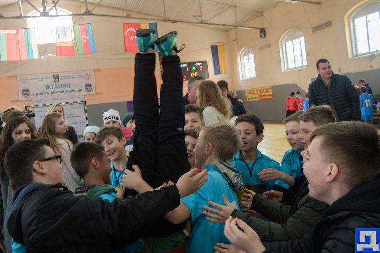 Фото. Які школи на Коломийщині перемогли у змаганнях із футзалу та виграли по 40 тис. грн і футбольні форми