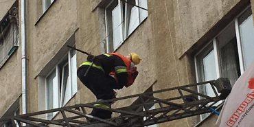 На Франківщині горів житловий будинок - врятували 7 людей, майже 50  - евакуювали. ФОТО
