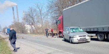ДТП на Франківщині: водій врізався у фуру, щоб оминути падаюче дерево