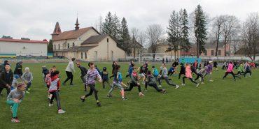 500 спортсменів у Коломиї разом відзначили День здоров'я на стадіоні. ФОТО