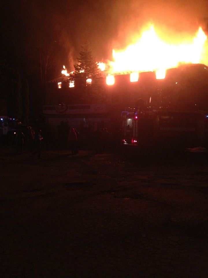 """Вночі в Яремчі трапилася пожежа: горів ресторан """"Краєвид"""". ВІДЕО"""