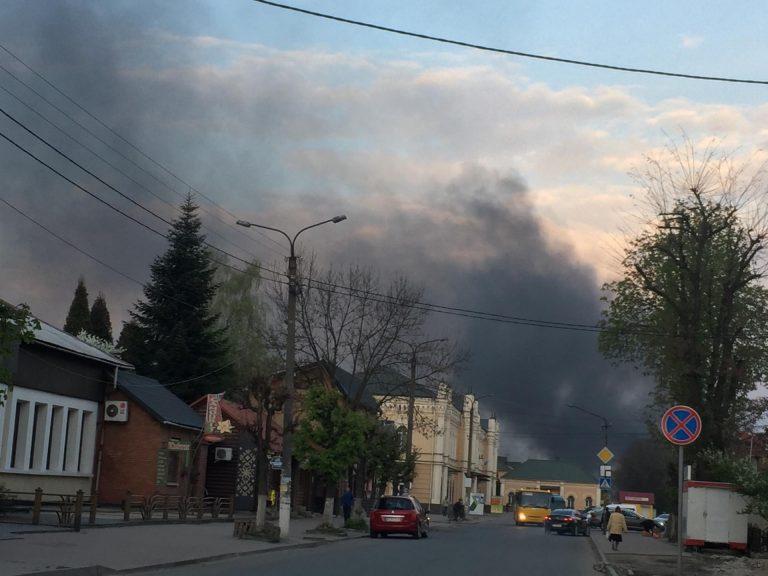 Коломию затягнуло чорним димом. Фото