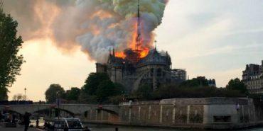 Пожежа зруйнувала частину собору Паризької Богоматері