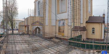42-ий день будівництва. Як у Коломиї споруджують унікальну дзвіницю. ФОТО