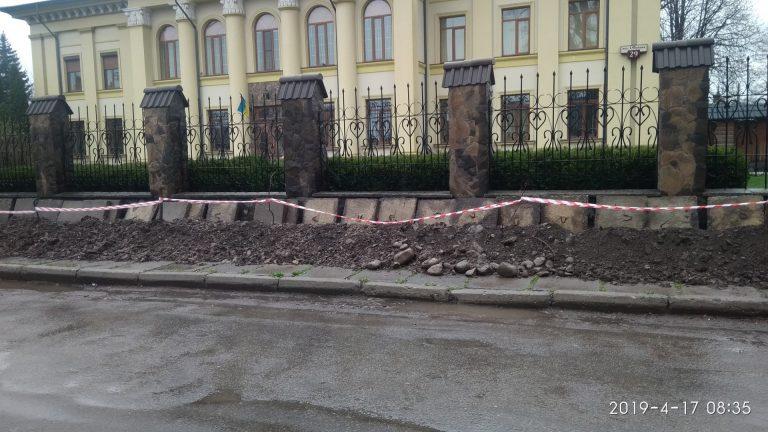 На Франка біля єпархії перерили тротуар