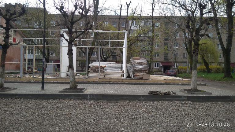 На Січових розбирають МАФи та планують знести стару будівлю комерційного призначення