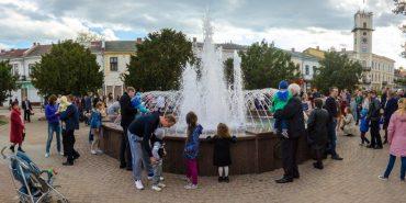 Стартувало голосування за краще фото біля фонтана у Коломиї. Обери свого фаворита!
