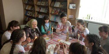 Зберігаючи традиції: на Коломийщині школярів вчили розмальовувати писанки