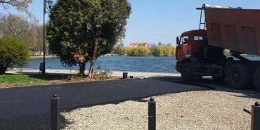 Коломийські комунальники продовжують благоустрій міського озера. ФОТО