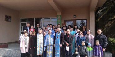 Біля пологового будинку у Коломиї молитовно дякували за дар життя. ФОТО