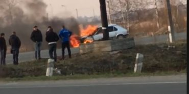 Біля Коломиї посеред дороги спалахнуло авто. ФОТО
