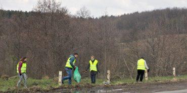 22 стихійні сміттєзвалища ліквідували вздовж доріг Прикарпаття. ФОТО
