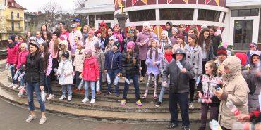 """У Коломиї співачка NAVKA організувала флешмоб""""Я за чисте довкілля"""""""