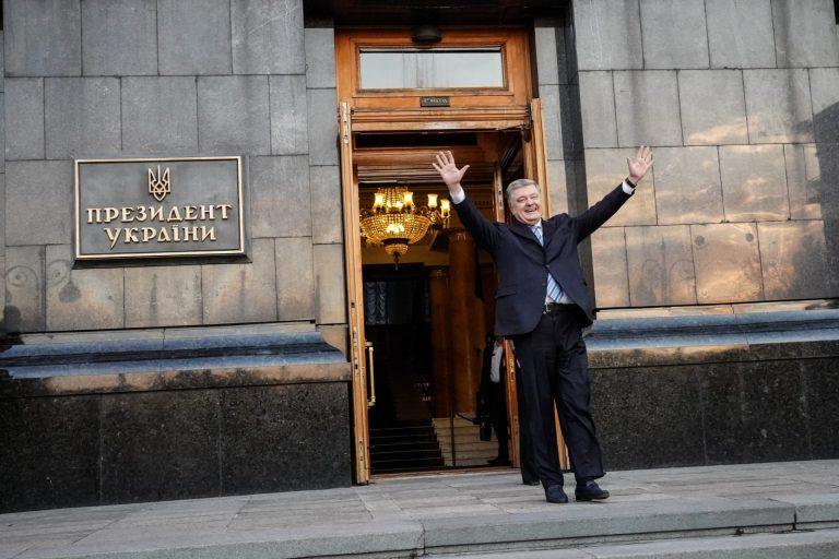 Тисячі людей біля Адміністрації президента прийшли підтримати і подякувати Петру Порошенку. ФОТО, ВІДЕО