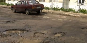 На Косівщині дорожники закатали асфальт у калюжі майже на 150 тис. грн. ВІДЕО