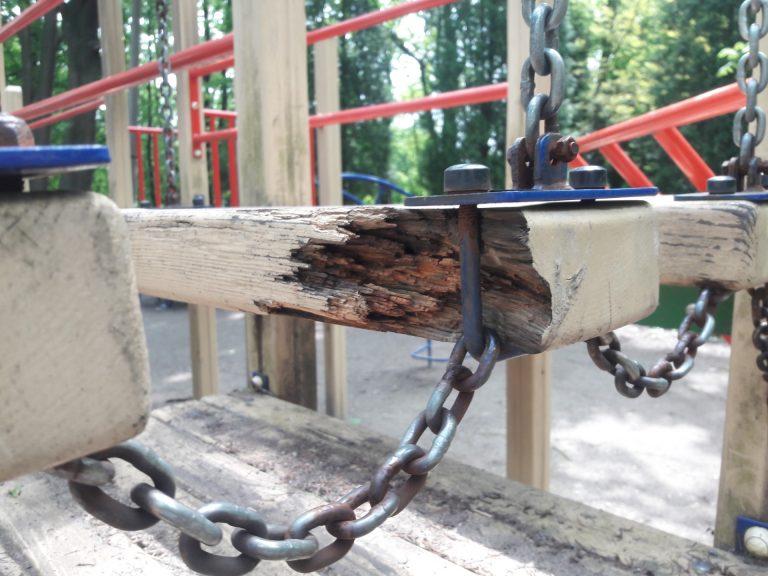 Дитячий майданчик в парку Трильовського