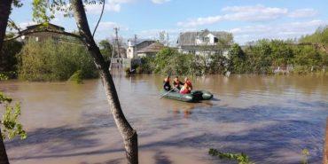 У трьох районах Прикарпаття рятувальники 10 разів відкачували воду з підтоплених територій і перевозили людей у човнах