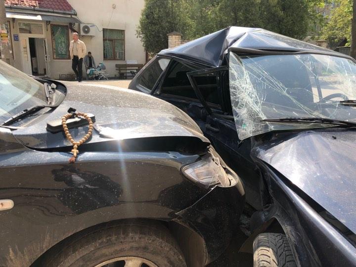 """Автотроща біля """"Трої"""". В Коломиї зіштовхнулися два автомобілі"""