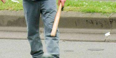 Побили дерев'яною палкою та пошкодили вантажівку: у Ворохті двоє чоловіків напали на водія фури