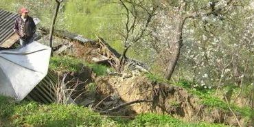 У селі на Прикарпатті обвалюється берег – у річку сповзають дерева та будівлі