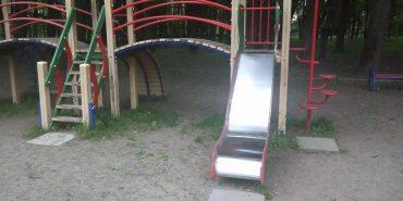(Не)дитячий майданчик. Дитина розбила голову об бетонну плиту біля міського озера в Коломиї. ФОТО