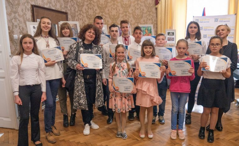 У Коломиї грамотами та сертифікатами нагородили понад 80 талановитих дітей
