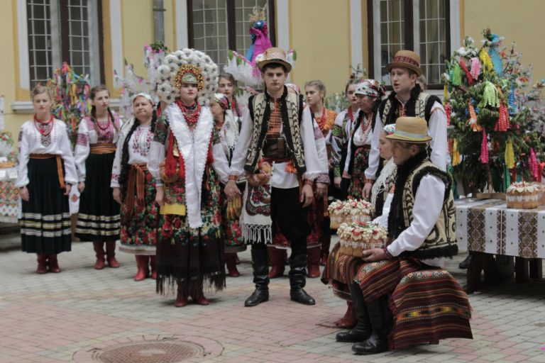 """Весілля у піснях та ладканках: у Коломиї дали старт фестивалю """"Коломийка"""". ФОТО"""