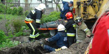 На Франківщині під час копання траншеї чоловіка засипало землею – його витягли за 2 години